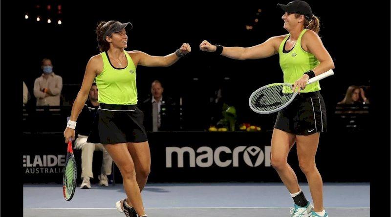 Luisa Stefani (esquerda) e Hayley Carter (divulgação WTA Tennis)