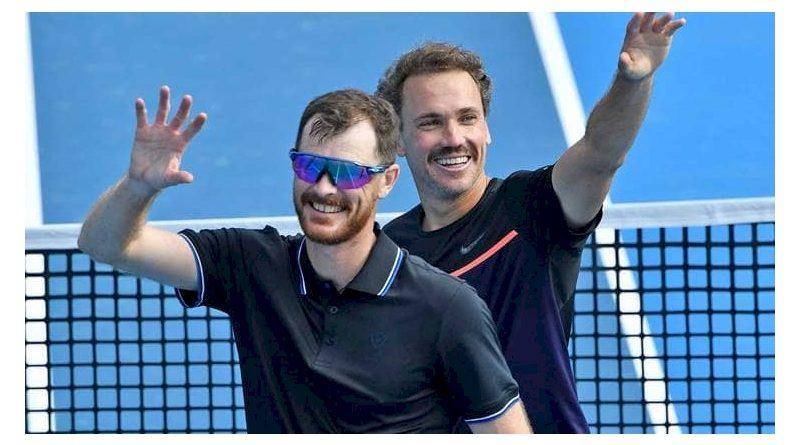 Jamie Murray (à frente) e Bruno Soares (divulgação ATP Tour)