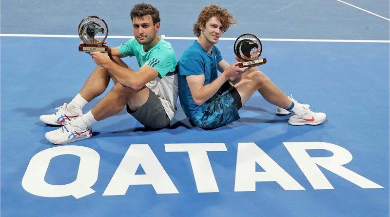 Aslan Karatsev (esq) e Andrey Rublev (divulgação ATP Tour)