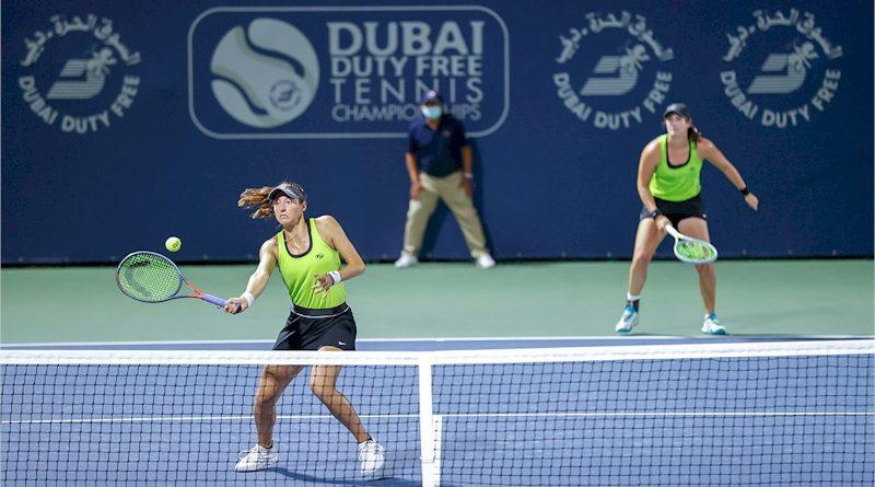 Luisa Stefani (esq) e Hayley Carter (divulgação Dubai Duty Free Tennis)