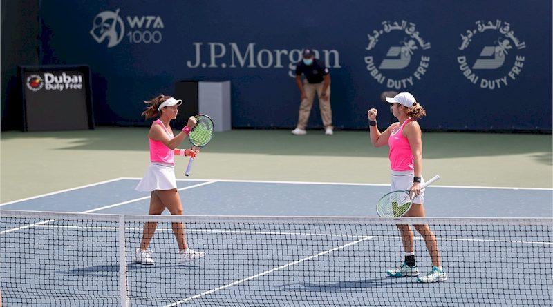 Luisa Stefani (esq) e Hayley Carter (divulgação Dubai Duty Free Tennis Champioships)