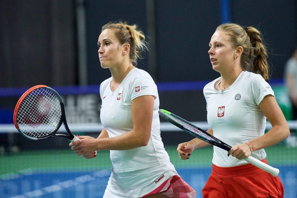 Katarzyna Kawa (esq) e Magdalena Frech (divulgação Billie Jean King Cup)