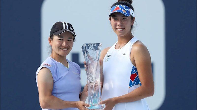 Shuko Aoyama (esq) e Ena Shibahara (divulgação WTA Tennis)