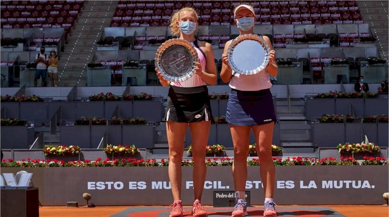 Barbora Krejcikova (dir.) e Katerina Siniakova (divulgação WTA Tennis)
