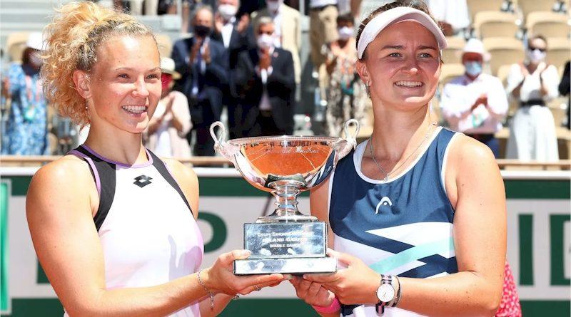 Katerina Siniakova (esq) e Barbora Krejcikova (divulgação WTA Tennis)