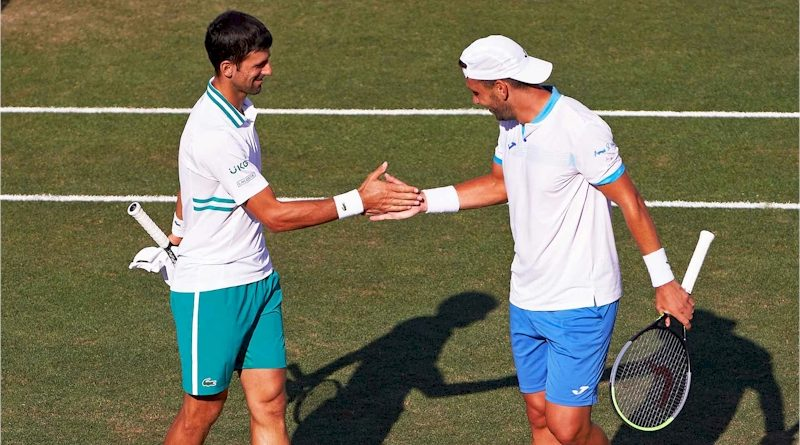 Novak Djokovic(esq) e Carlos Gomez-Herrera (divulgação ATP Tour)