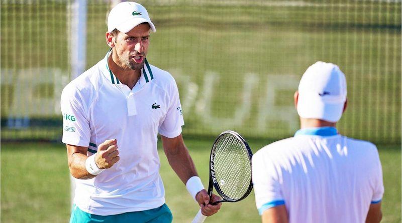 Novak Djokovic (esq) e Carlos Gomez-Herrera (divulgação ATP Tour)