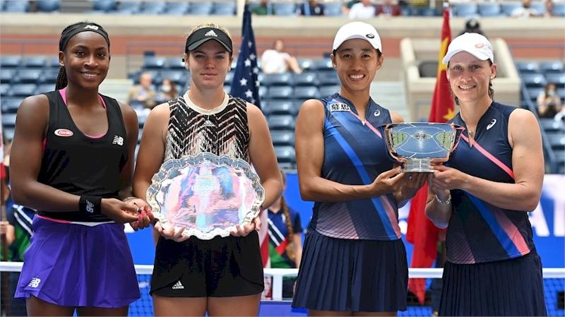 Cori Gauff / Caty McNally (esq) e Shuai Zhand / Samantha Stosur (divulgação US Open)